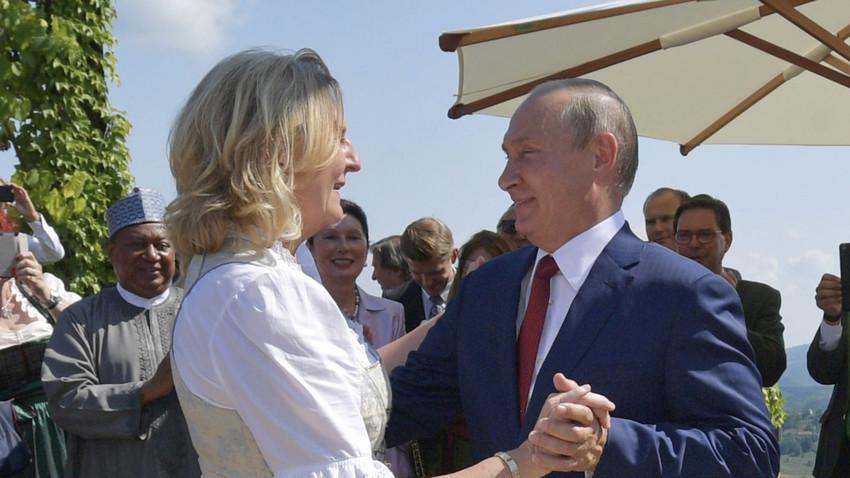 Владимир Путин танцува с австрийския външен министър Карин Кнайсъл в деня на сватбата ѝ на 18 август 2018 г.