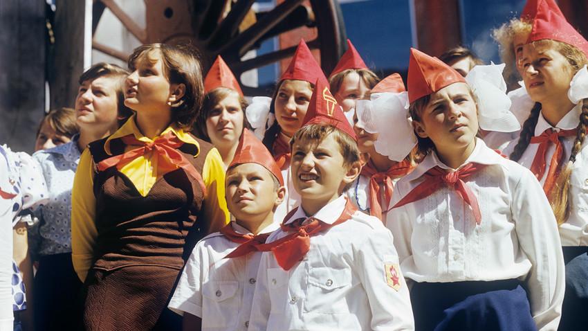 Para Pionir Muda, senang dengan kehidupan Soviet mereka, seperti biasanya (setidaknya di foto).