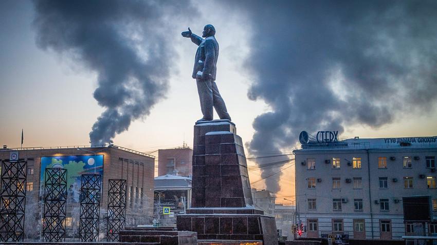 Снимка, направена на 29 ноември 2018 г., показва паметник н  Владимир Ленин на главния площад на източния сибирски град Якутск, като температурата на въздуха е около минус 39 градуса по Целзий