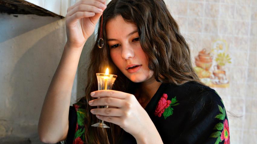 Une jeune femme tente de lire l'avenir, dans le village cosaque de Kidych