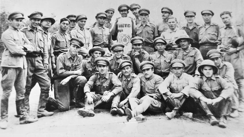 Soldados paraguaios posam em frente a marco divisório no final da Guerra do Chaco.