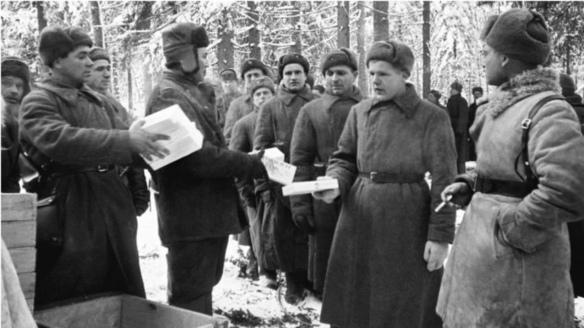 """Радници из Казахстана донели су новогодишње поклоне Осмој гардијској стрељачкој дивизији """"И. В. Панфилов"""", Запади фронт, 1.1.1941. године."""