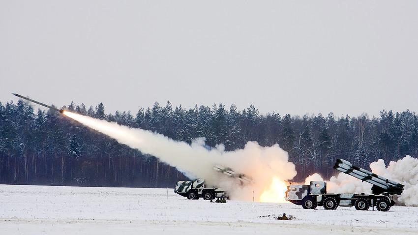 """Вишецевни лансер ракета """"Смерч""""."""