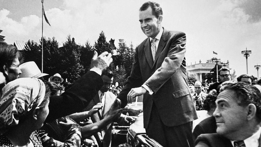 リチャード・ニクソン副大統領(1913-1994)は訪ソ中、モスクワ住民に会釈を返す、1959年5月22日-30日