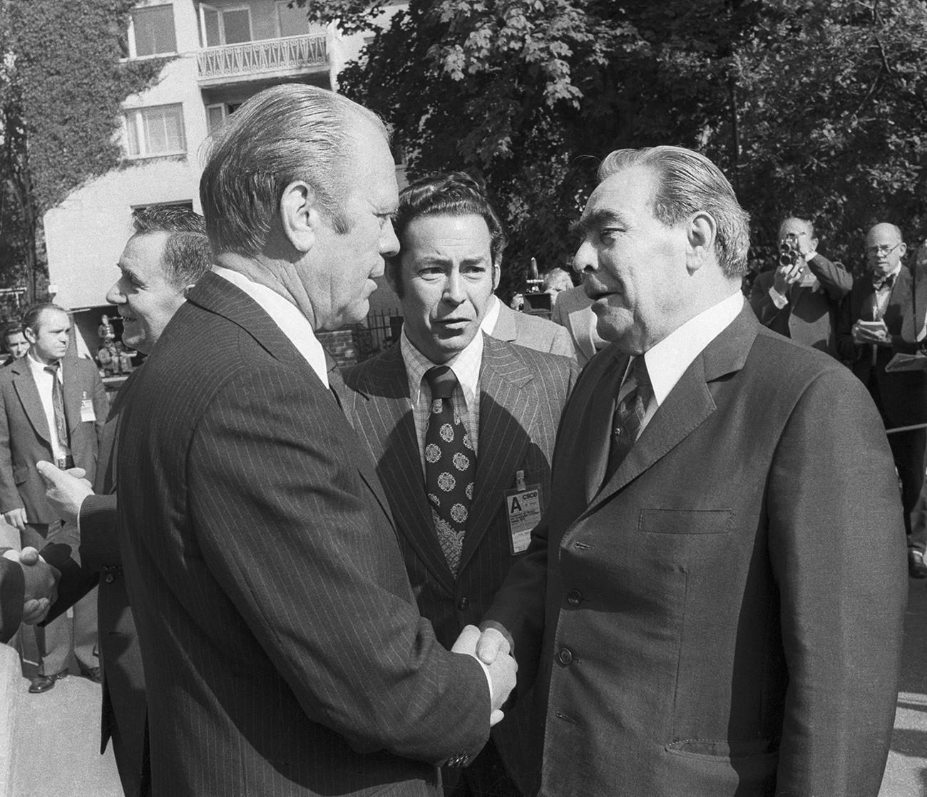 Хелсинки. Генерални секретар ЦК КПСС Леонид Брежњев (десно) и председник САД Џ. Форд пре почетка саветовања за безбедност и сарадњу у Европи.