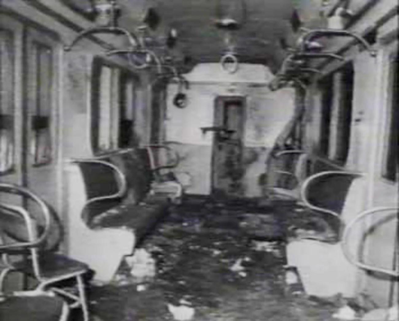 Вагон московског метроа после терористичког напада (1977).