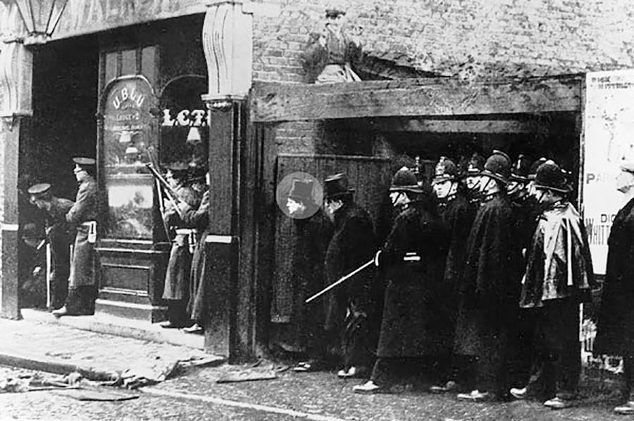 Winston Churchill durante l'assedio di Sidney Street