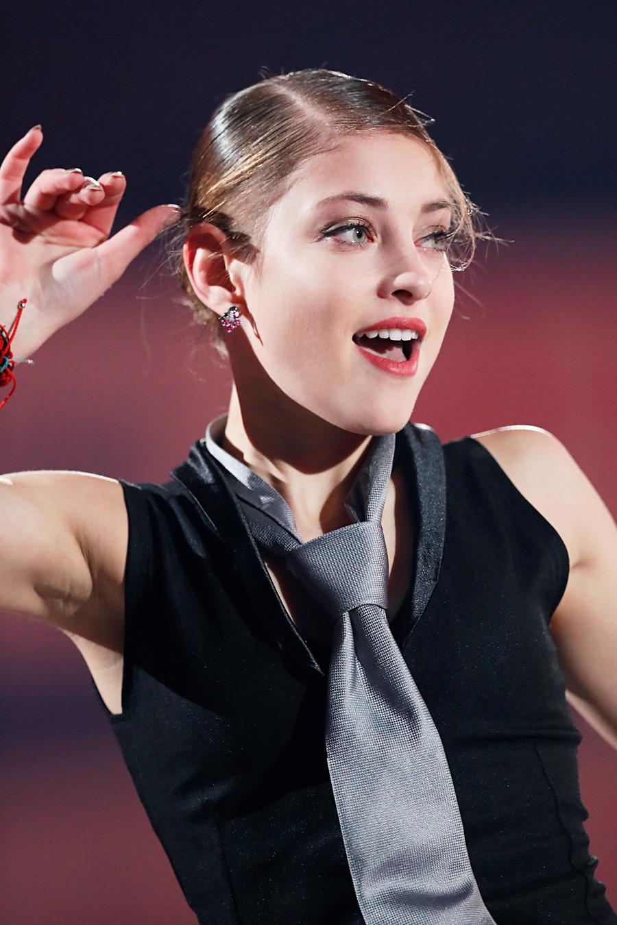 Alena Kostornaja na slavnostni razstavi na ISU Grand Prixu v kategoriji umetnostnega drsanja 2019, Pokal NHK, Japonska