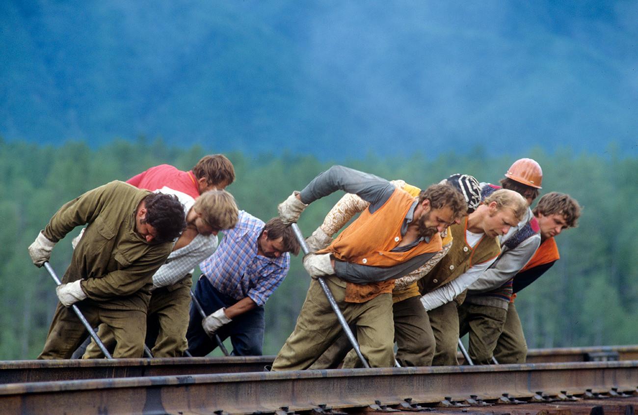 Ouvriers sur le dernier tronçon du BAM