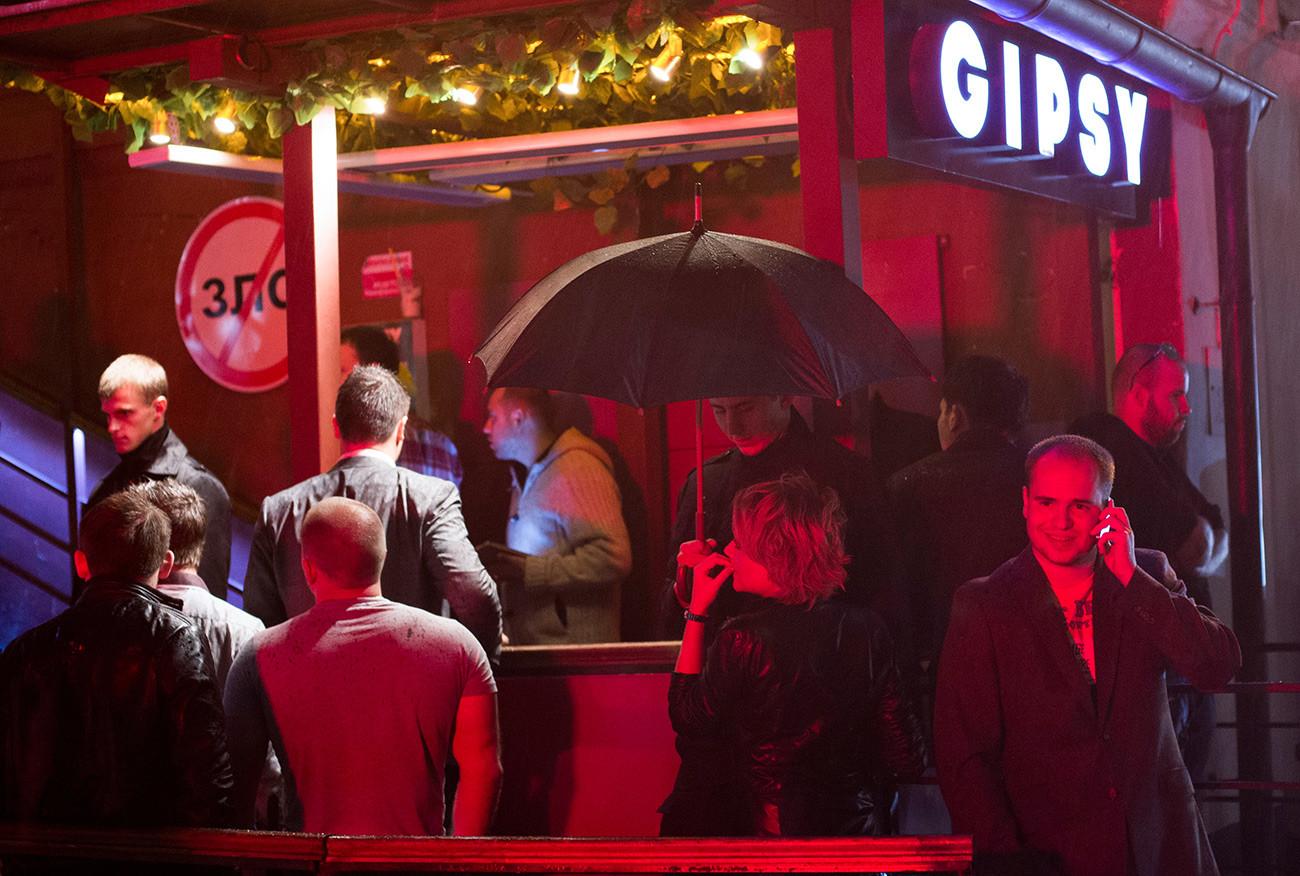 Посетители у входа в клуб Gipsy на улице Якиманка в Москве.