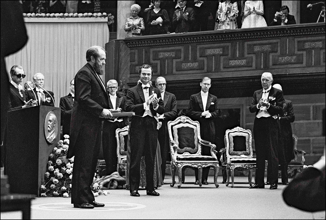 Aleksandar Solženjicin u gostima na banketu kod švedskog kralja Karla Gustava, priređenom u čast dobitnika Nobelove nagrade. Stockholm, Švedska, 10. prosinca 1974.