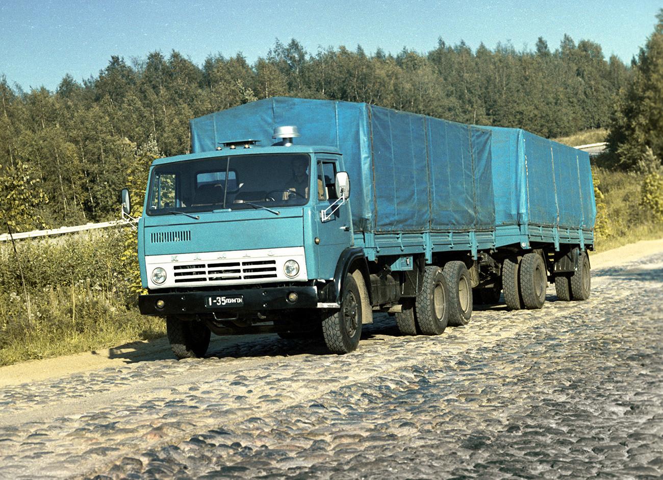 Бордовият КАМАЗ-5320