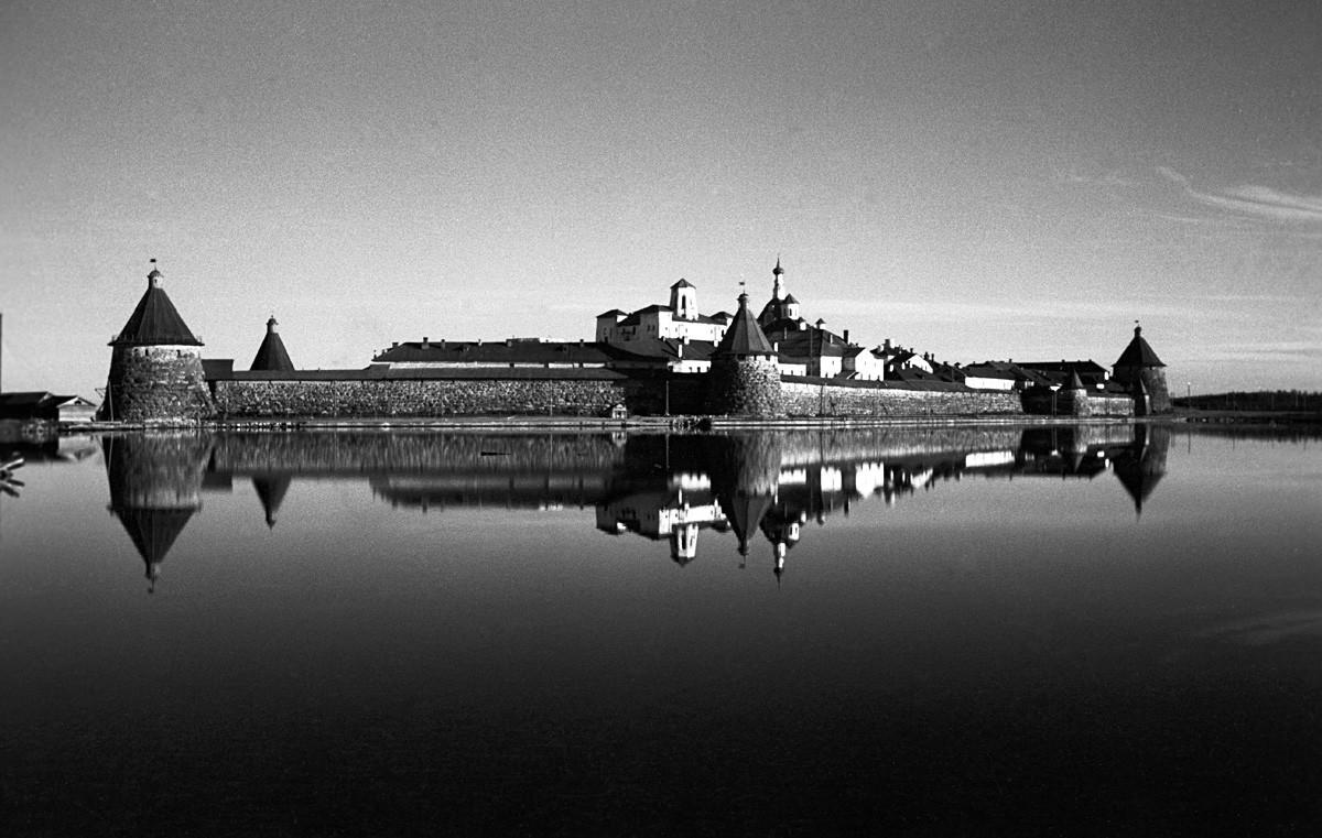Соловецкиот Спасо-преображенски машки манастир на Соловецките острови во Белото море (основан 1420-1430). Соловецки државен историско-архитектонски и природен локален музеј