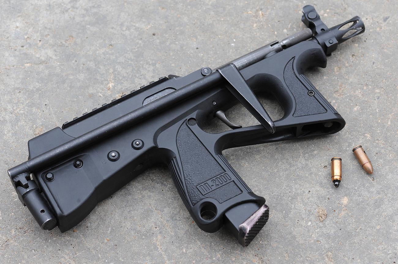 Pištolj-mitraljez PP-2000 za specijalne jedinice oružanih struktura pravi Konstruktorski biro za proizvodnju uređaja. Koristi obične i pancirne metke 7N31 koji probijaju čeličnu ploču debljine 8 mm.