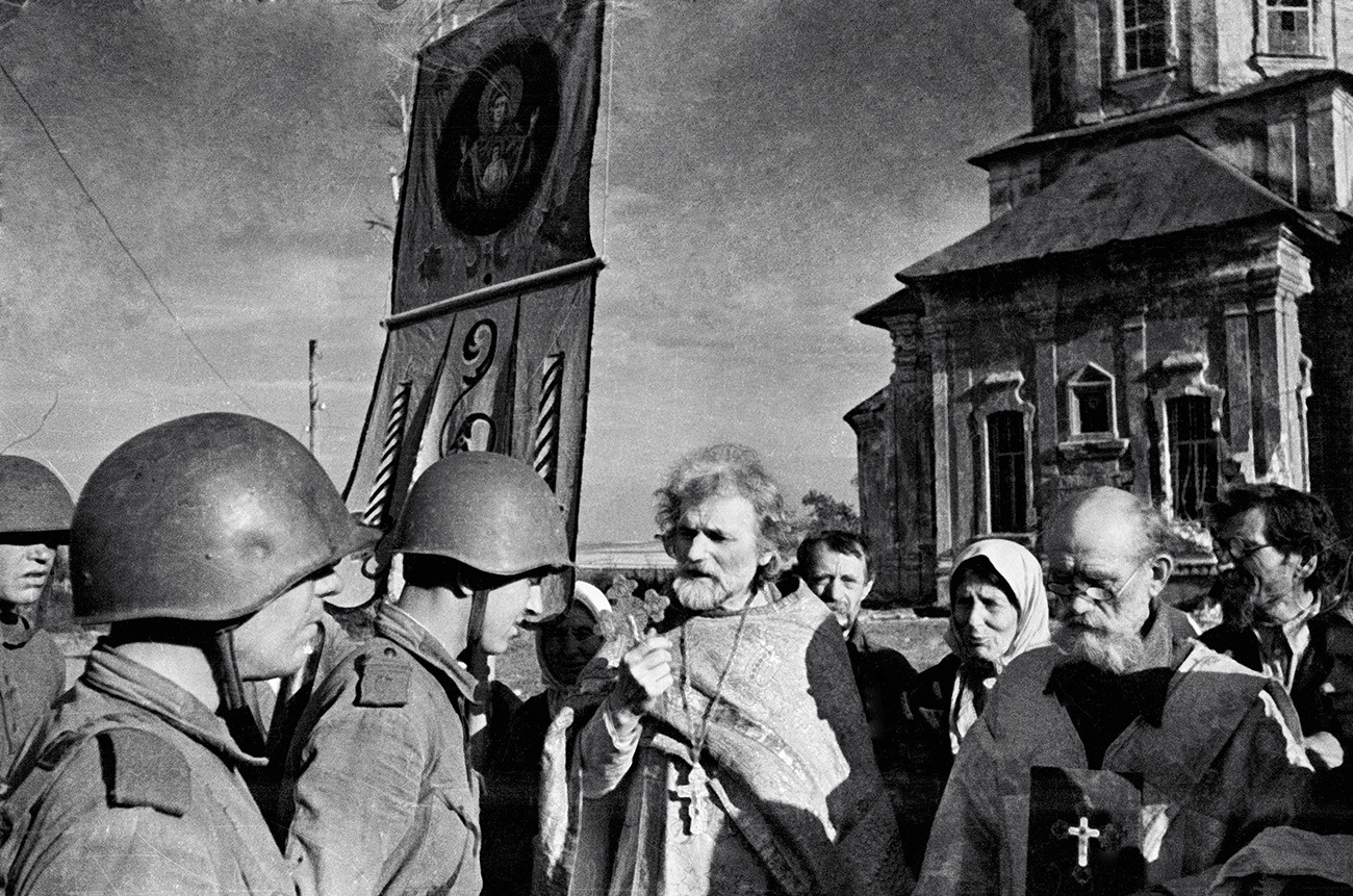 A priest giving his blessing to the Red Army soldiers during the war.