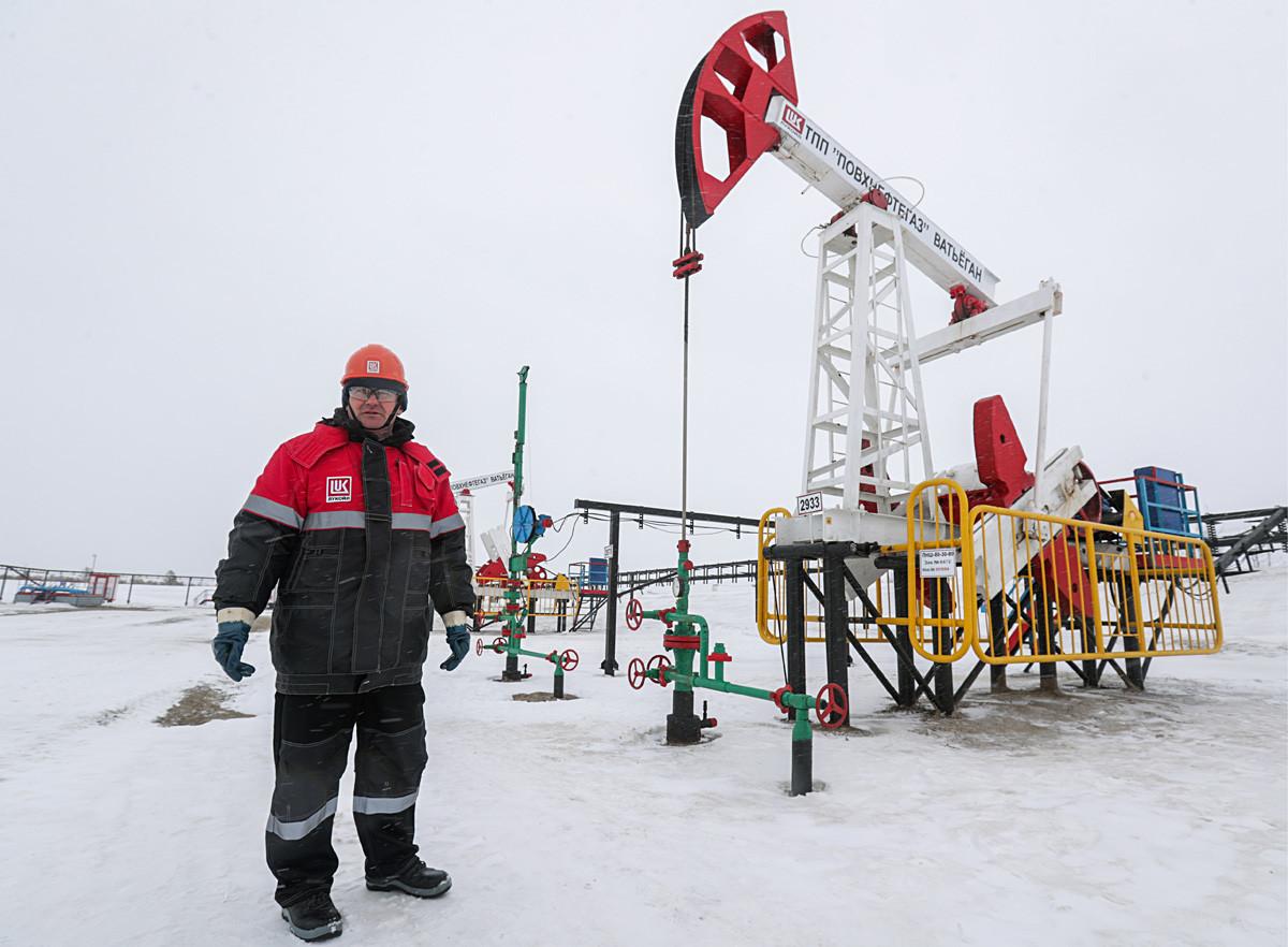 Рабочий на территории Ватьеганского нефтяного месторождения в Когалыме