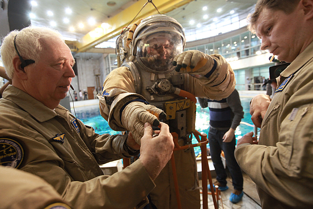 Подготовка космонавта к погружению в бассейн гидролаборатории Центра подготовки космонавтов имени Ю.А.Гагарина в Звездном городке