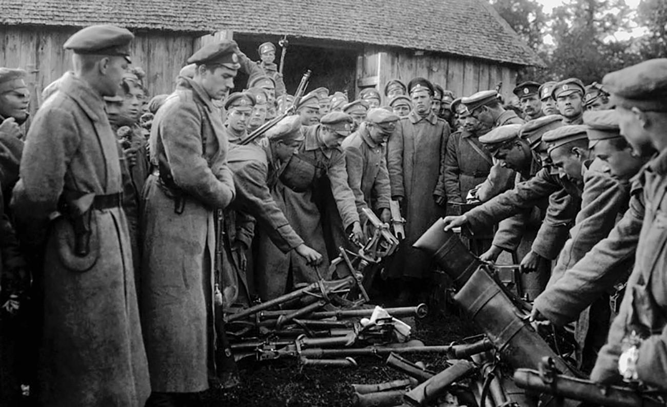 Die Soldaten der Weißen Armee geben ihre Waffen ab