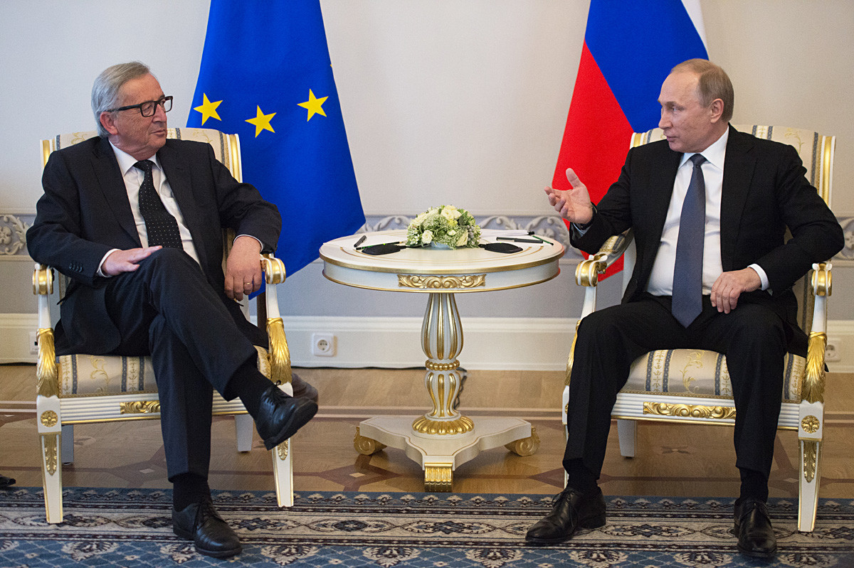 Il presidente russo Vladimir Putin (a destra) e Jean-Claude Juncker, presidente della Commissione europea dal 2014 al 2019