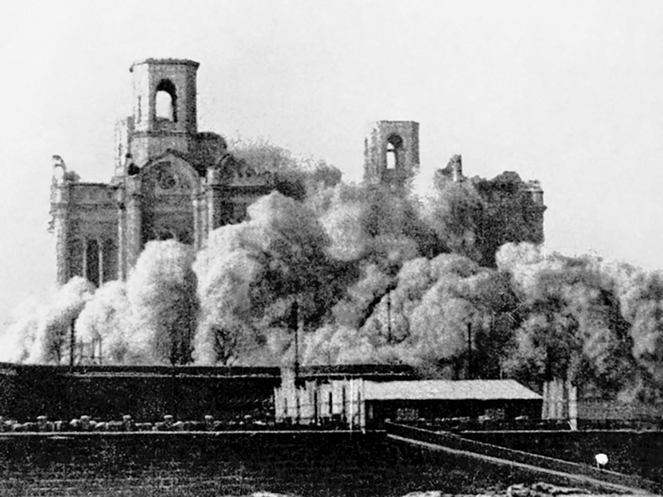 爆破される救世主ハリストス大聖堂、1931年、モスクワ
