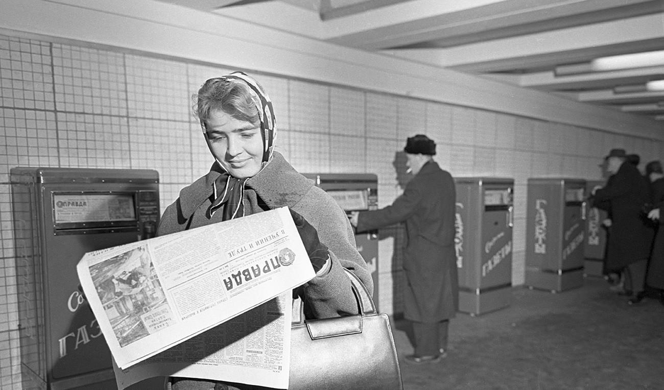 Газетные автоматы в московском подземном переходе.