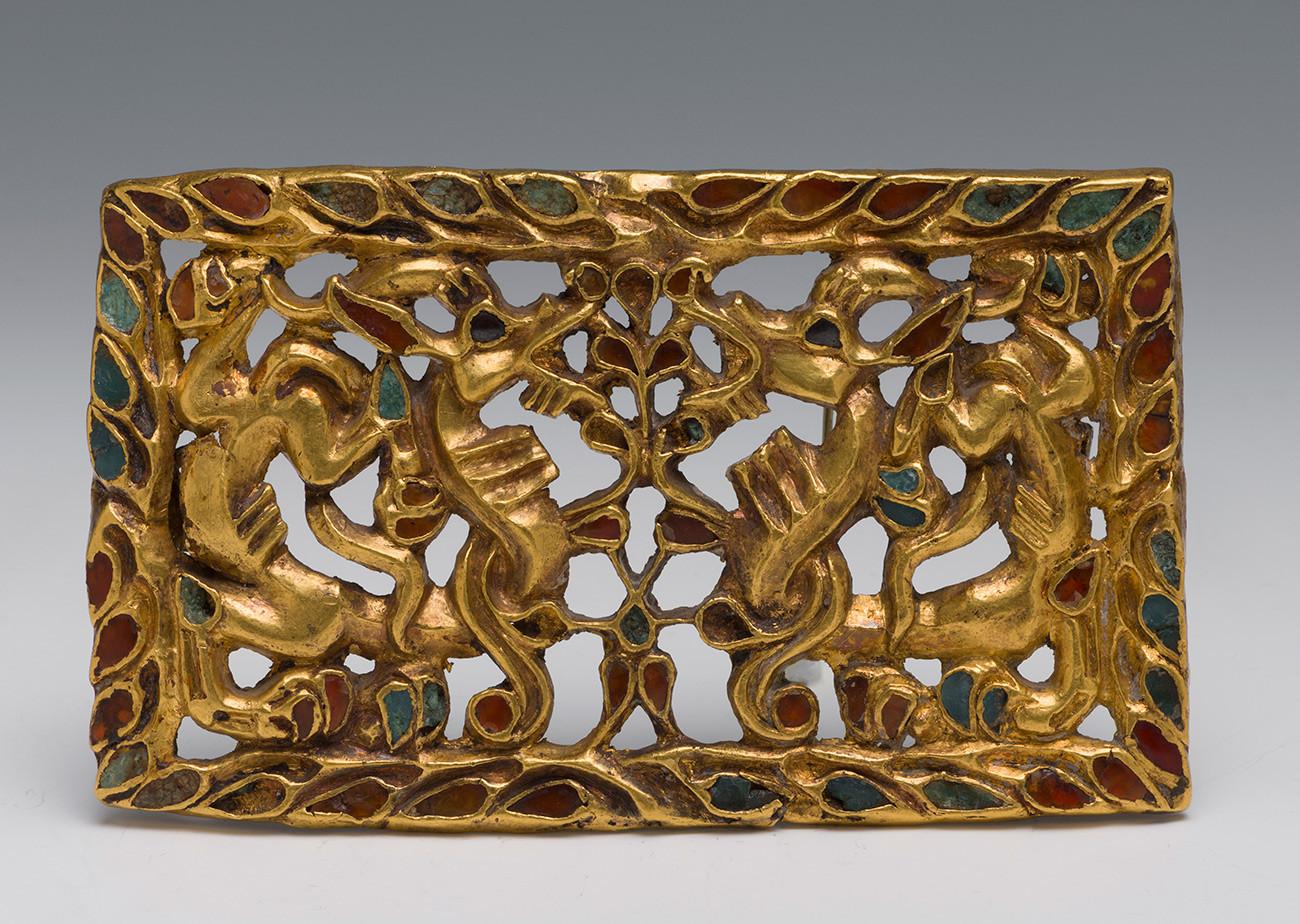 ЗЛАТНА КОПЧА ЗА ПОЈАС СА ЗМАЈЕВИМА  Сибир, 2-1 век пре н.е.  Злато, карнеол, стакло, црни камен, ливење, инкрустација  Део је Сибирске колекције Петра I