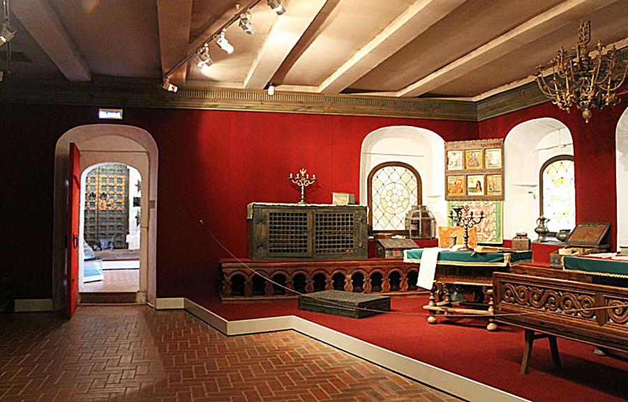 Di dalam kantor Rusia abad ke-17 (rekonstruksi kontemporer di resor Kolomenskoe, Moskow)