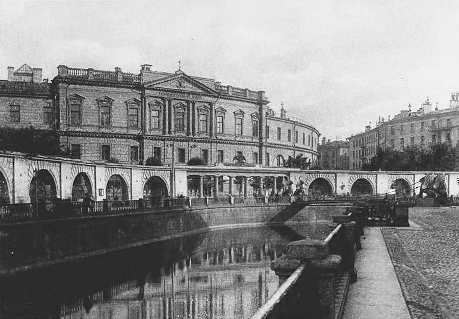 Gedung Bank Negara Rusia di Sankt Peterburg.