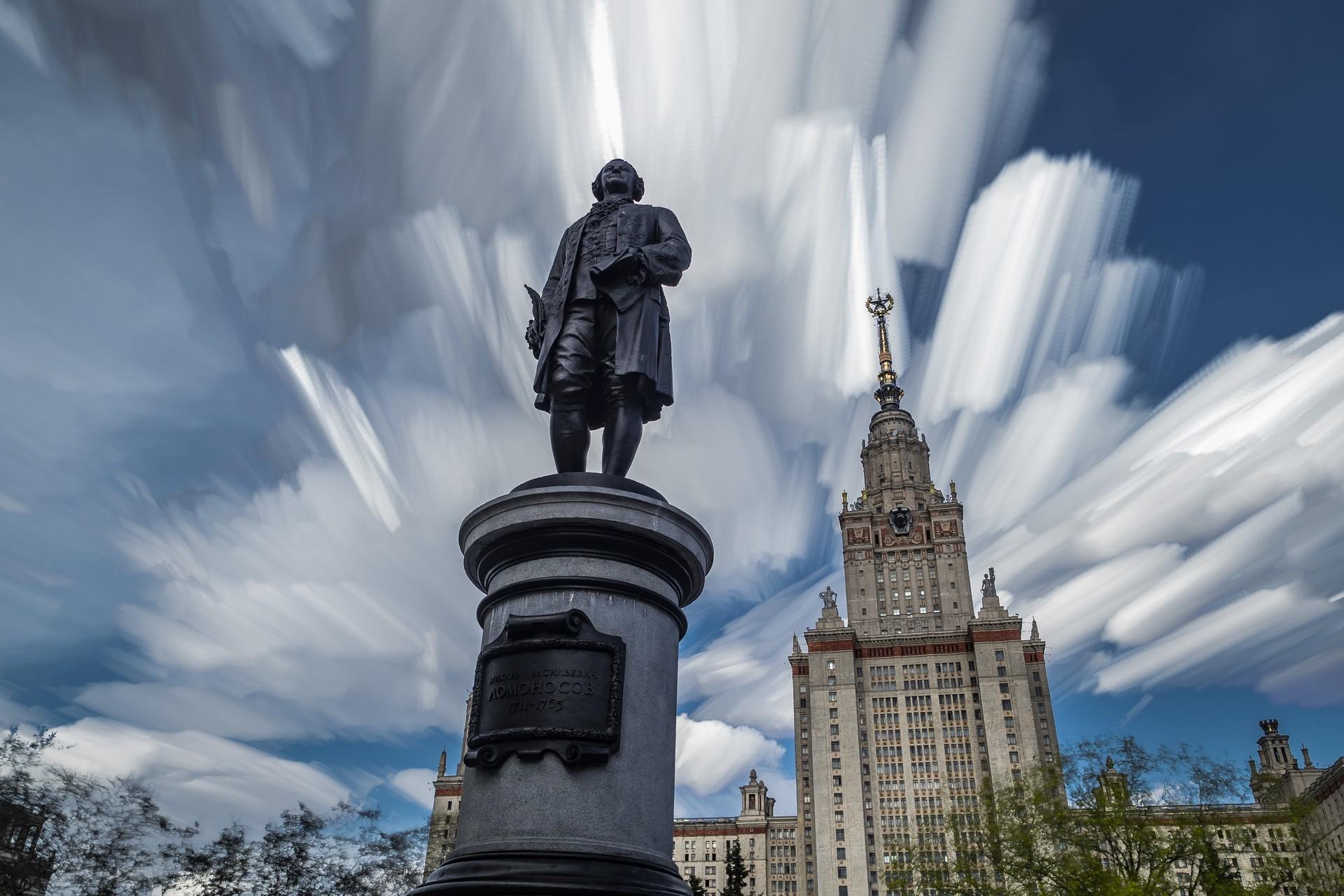 Паметник на Михаил Ломоносов в центъра на Москва