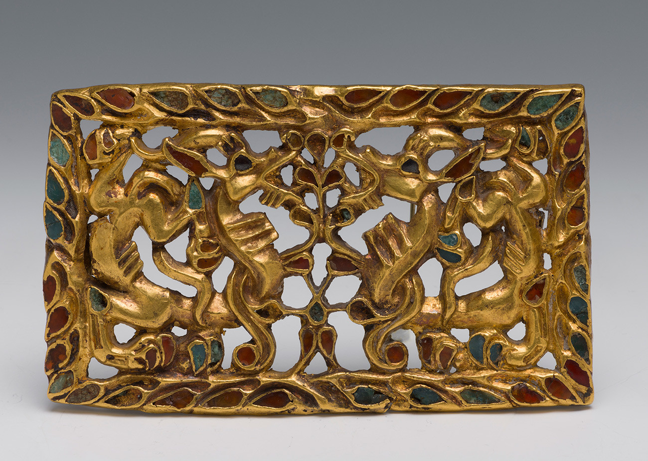 ZLATNA KOPČA ZA POJAS SA ZMAJEVIMA. Sibir, 2.-1. st. prije n.e. Zlato, karneol, staklo, crni kamen, lijevanje, inkrustacija. Dio je Sibirske kolekcije Petra I.