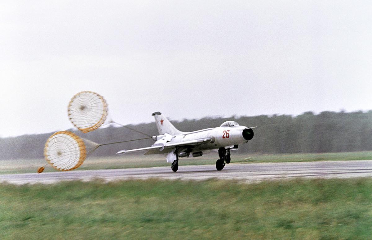 Надзвучни ловац МиГ-21 слеће на аеродром Домодедово.