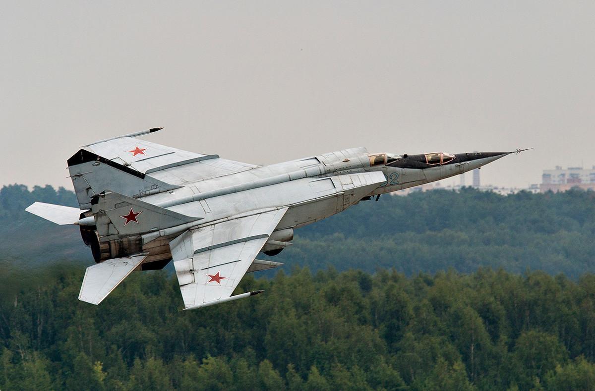 Надзвучни пресретач и осматрачки авион руског ратног ваздухопловства МиГ-25 у ваздуху.