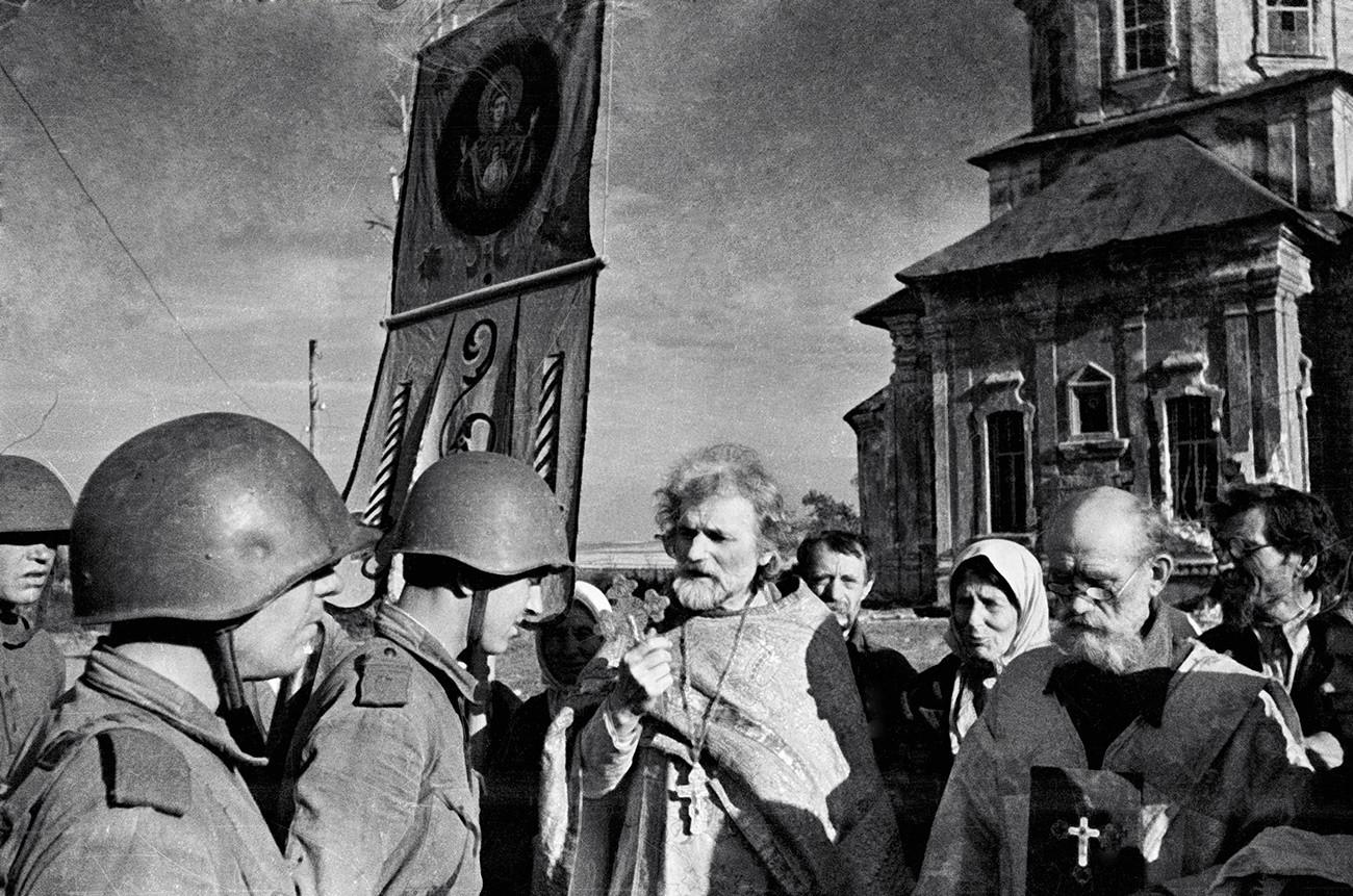 Seorang pendeta memberikan restunya kepada prajurit-prajurit Tentara Merah selama perang.