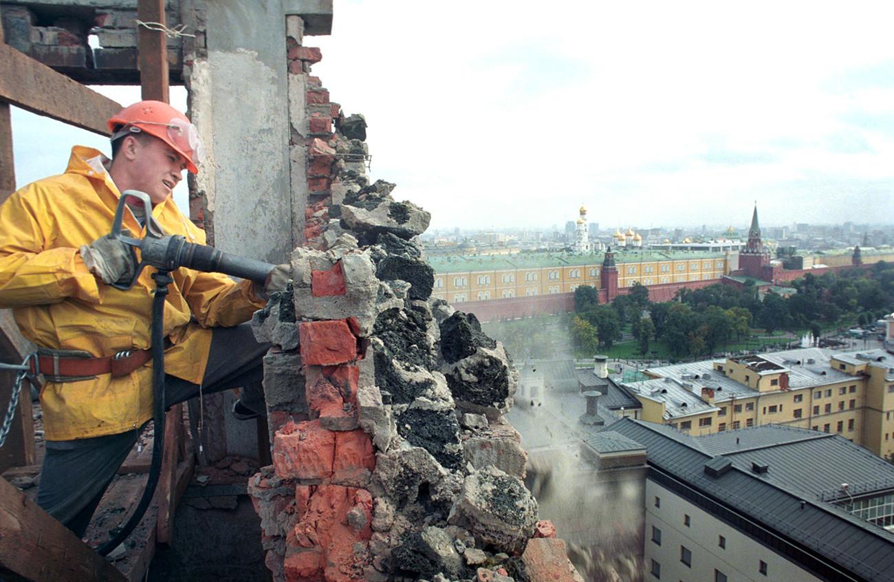 Демонтажные работы на 16-м этаже гостиницы