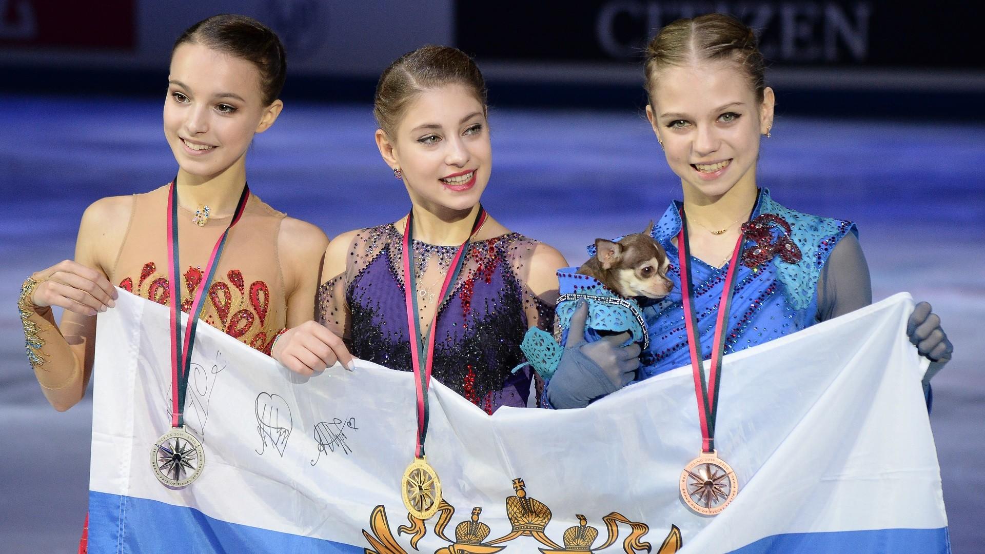 De gauche à droite: Anna Shcherbakova, Alena Kostornaia et Alexandra Trusova