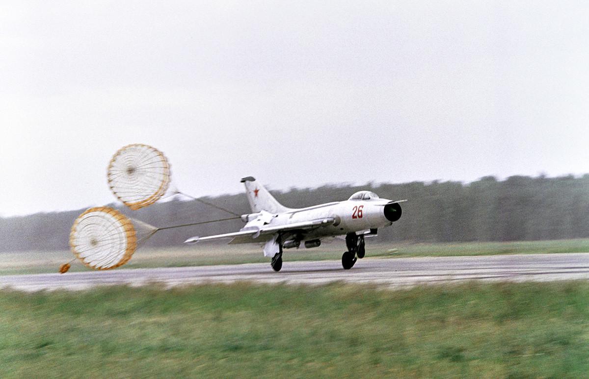 Надзвучниот ловец МиГ-21 слетува на аеродромот Домодедово.