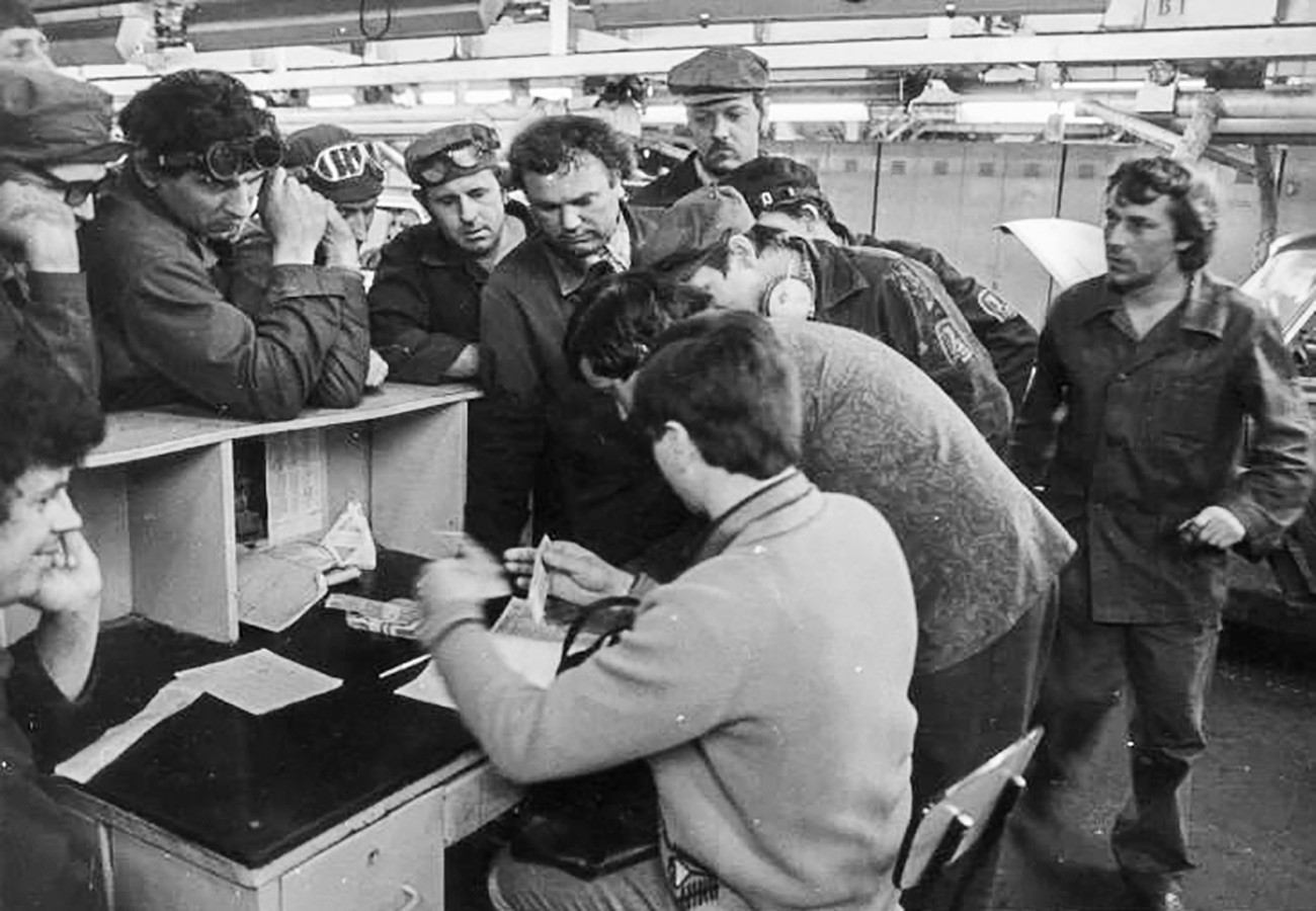 Soviet employees (quite irritated) on their payday.