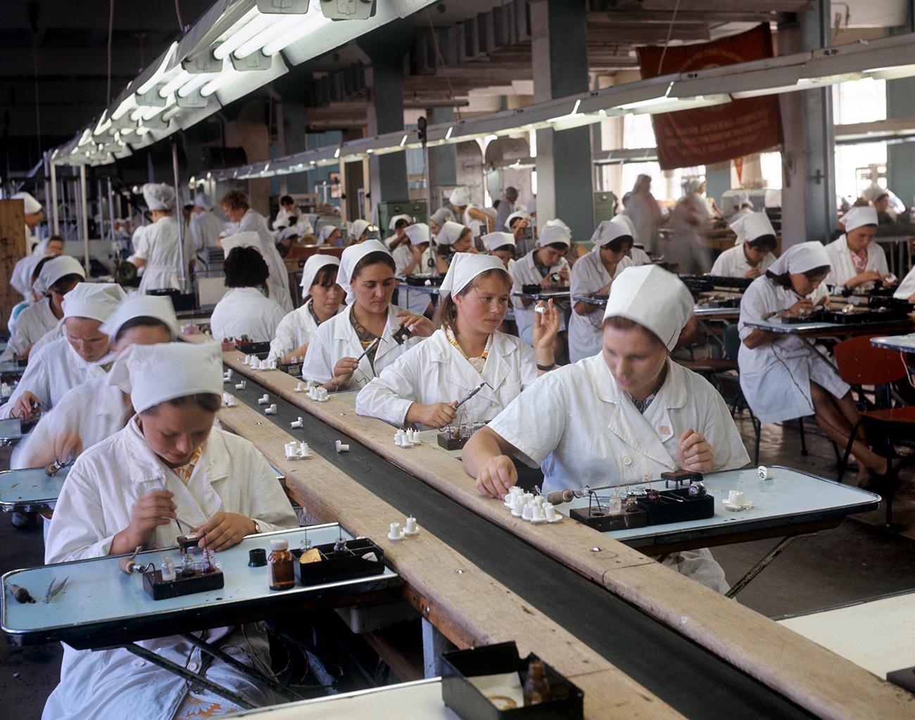 Di pabrik Soviet, di Cheboksary.