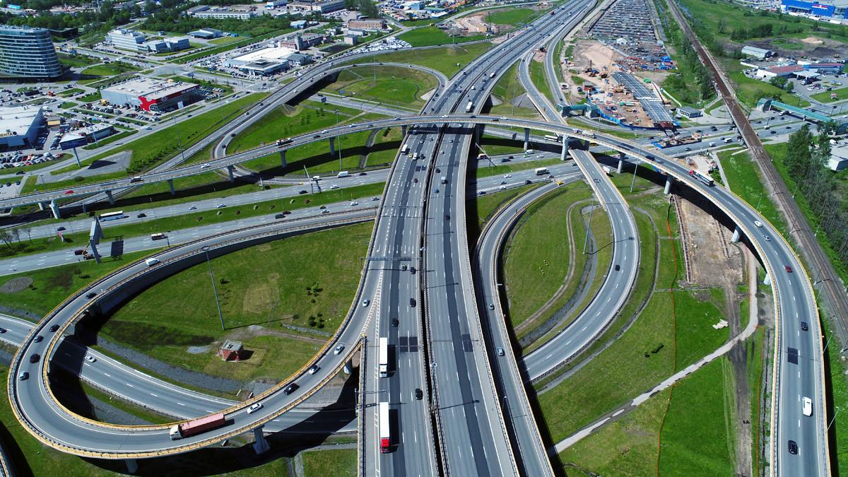Снимка од воздух на јазол со наплатни рампи на автопатот Москва-Санкт Петербург