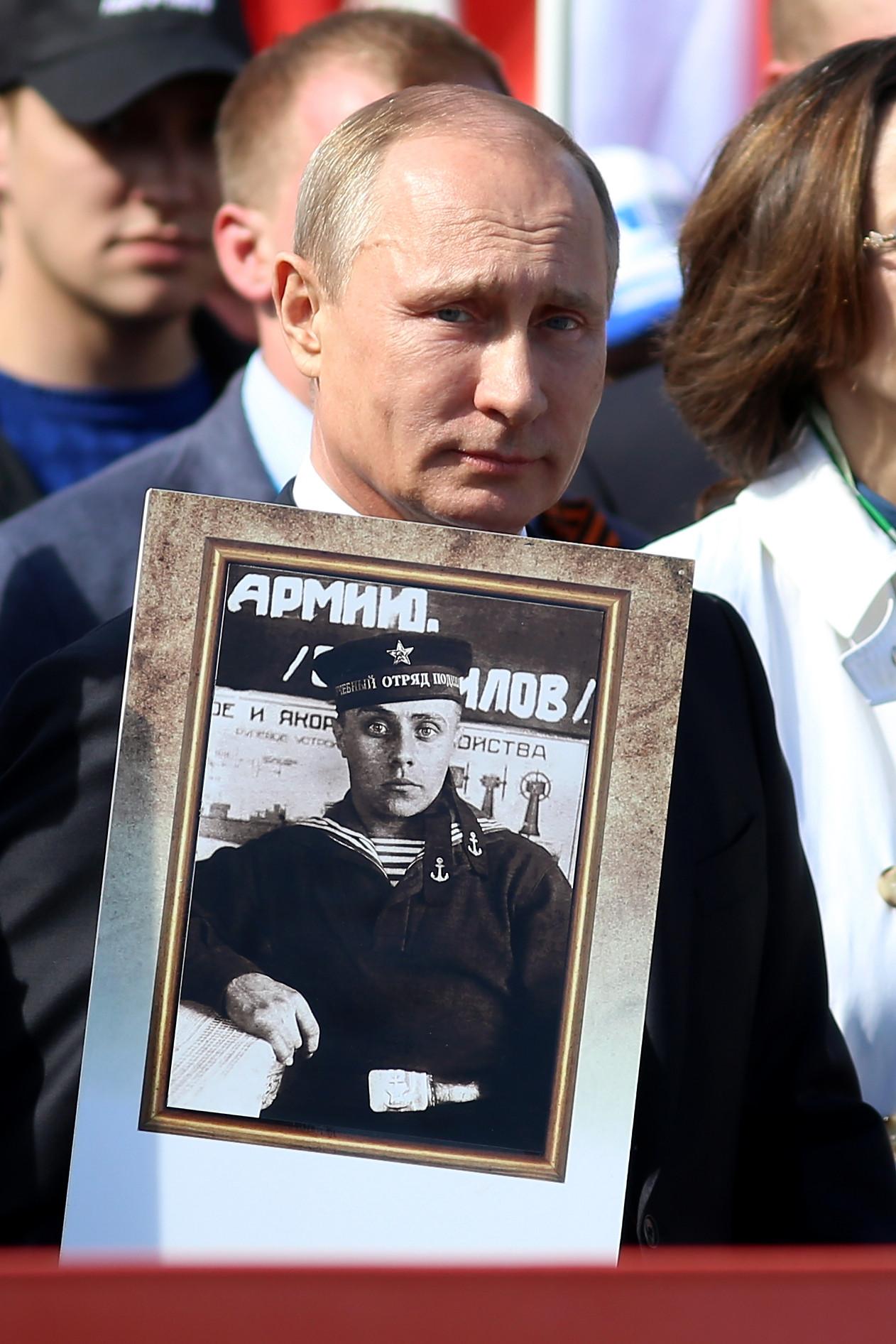 """Владимир Путин носи фотографију свог оца на манифестацији """"Бесмртни пук"""" у Москви"""