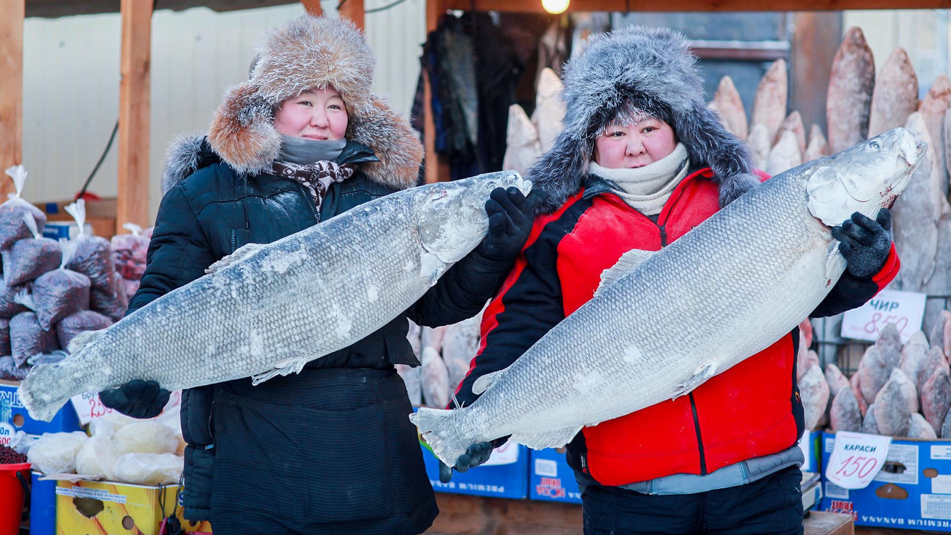 Продавци рибе на Крестјанској пијаци, на -30 степени Целзијуса. Просечна температура у Јакутску је у јануару око -40 степени.