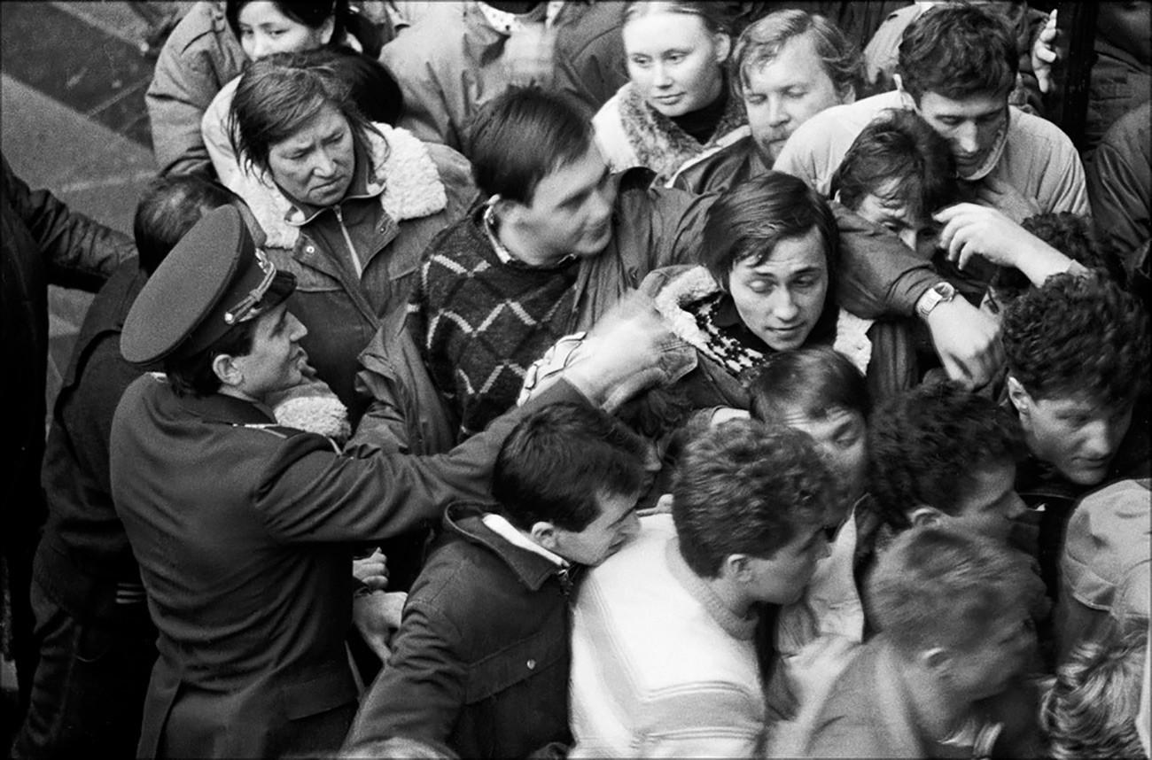 Típica fila em uma loja soviética