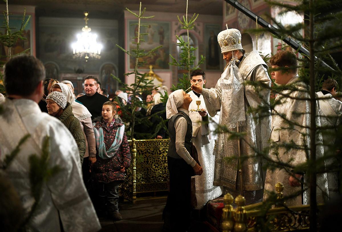Métropolite Nikodim de Novossibirsk et Berdsk durant la liturgie de Noël dans la cathédrale de l'Assomption de Novossibirsk.