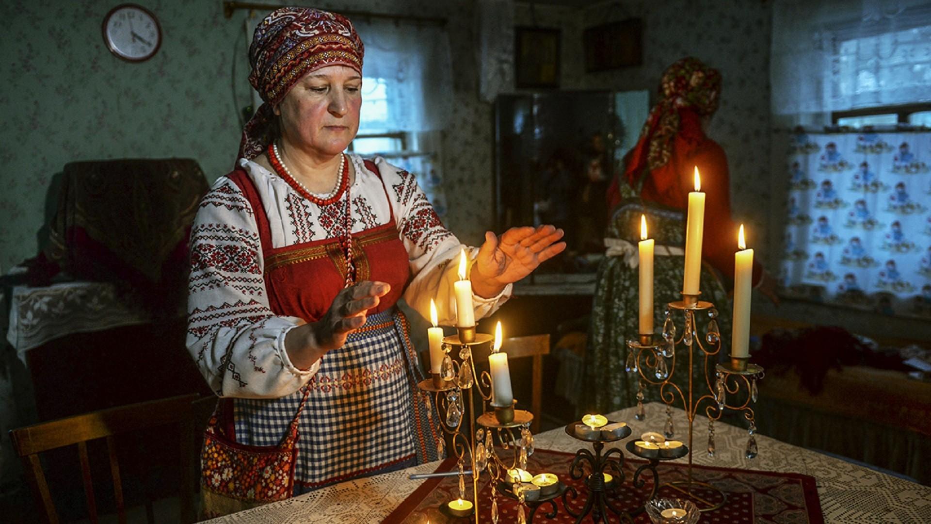 Participantes des festivités de Noël dans le village de Lojgolovo, dans la région de Saint-Pétersbourg