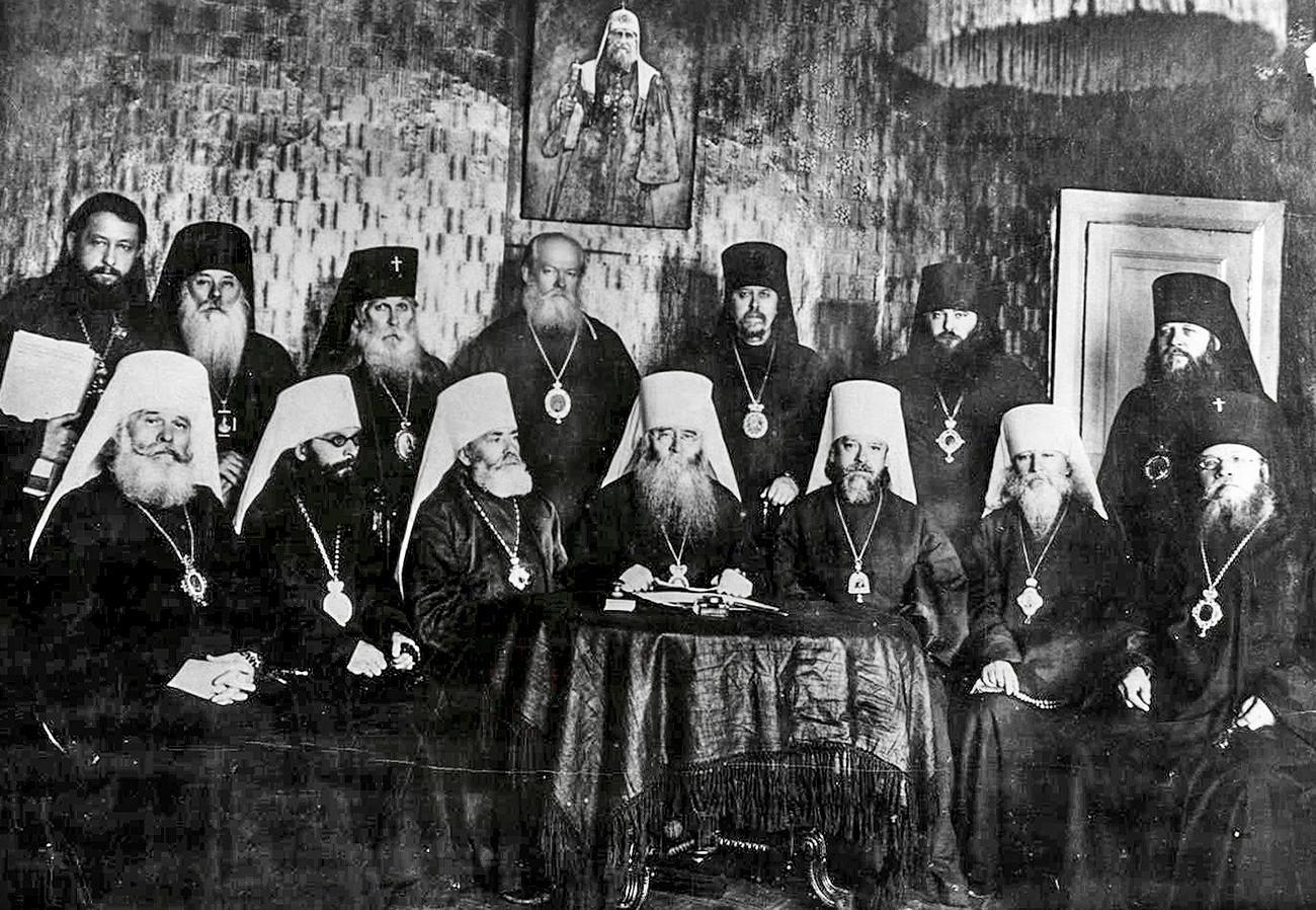 Членовете на Зимната сесия на Временния патриаршески свещен синод от 1933-1934 г., които решават да датат на митрополит Сергий титлата