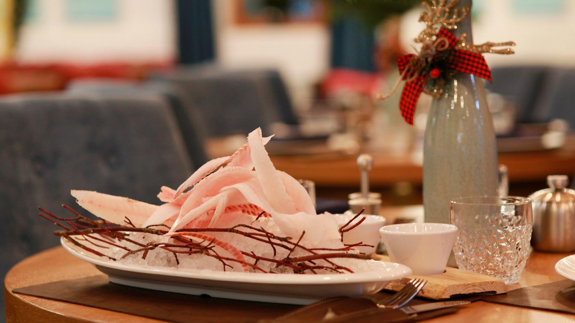 Jakutska delikatesa - stroganina od svježe zamrznutog čokora u restoranu