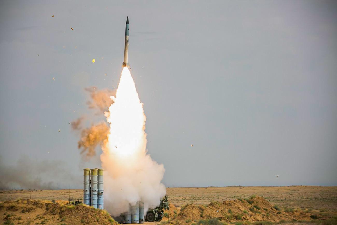 Единиците на противвоздушните ракетни и радиотехнички единици вежбаат гаѓање на полигон.