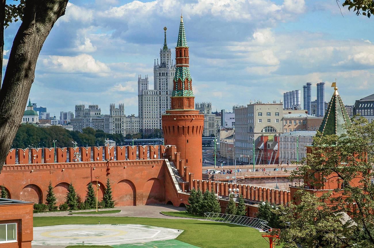 У центру фотографије је Беклемишевска кула, а у позадини стамбени комплекс зграда на Котељничком кеју. Десно, заклоњена лишћем, види се Петровска кула.