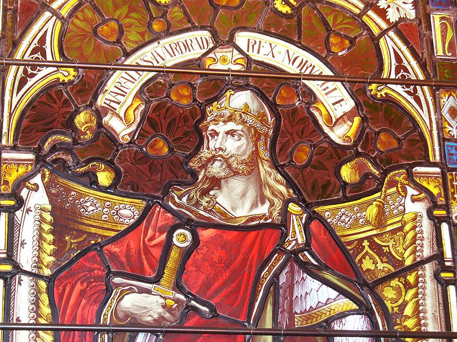 Harald de Noruega.  Ventana con retrato de Harald en el Ayuntamiento de Lerwick, Shetland