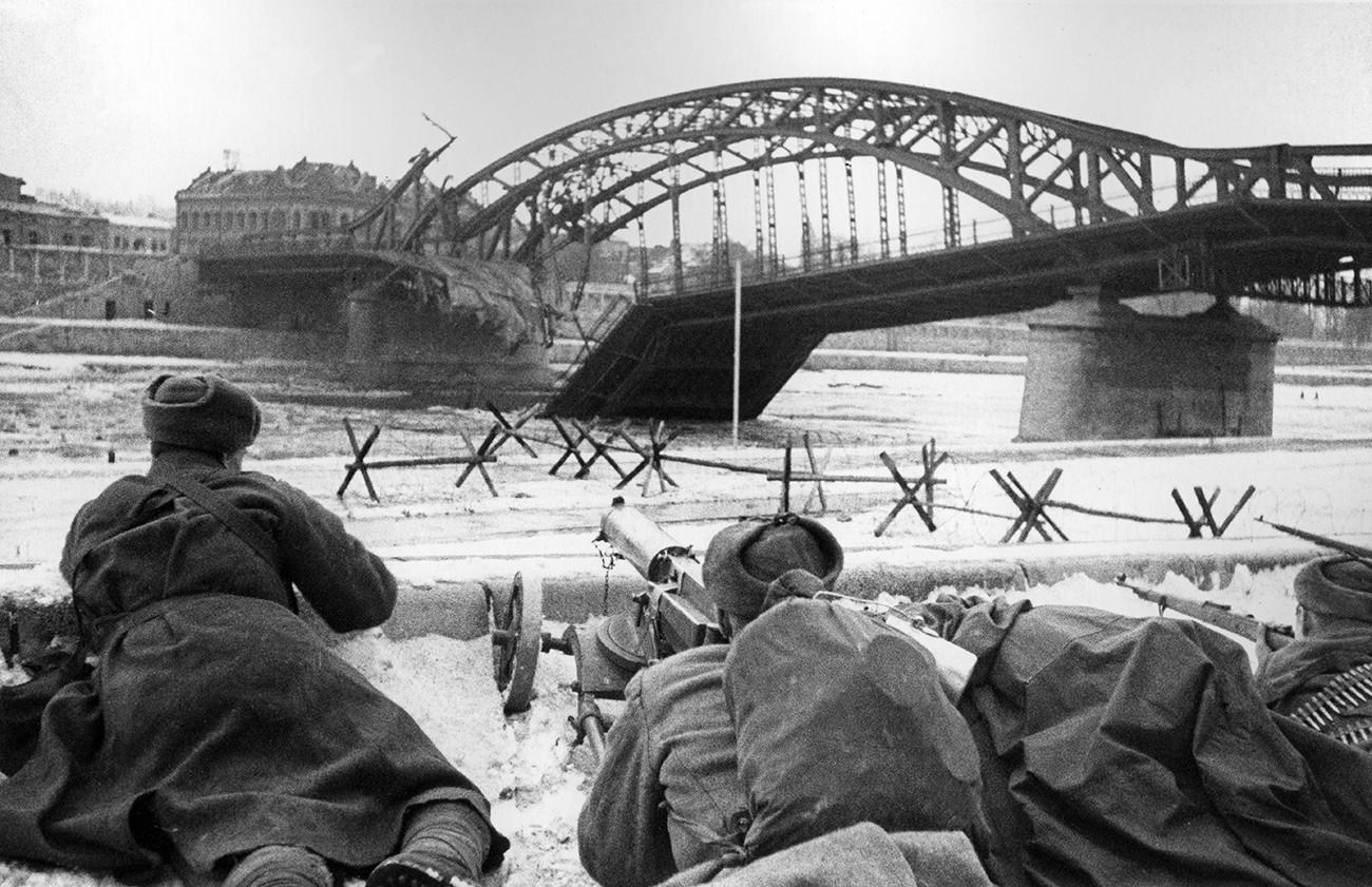 Des mitrailleurs soviétiques mènent un combat pour libérer Cracovie